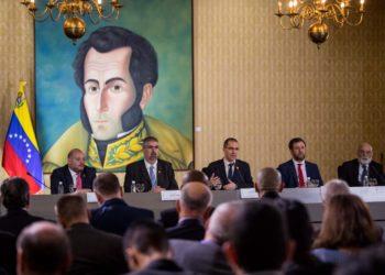 CAR001. CARACAS (VENEZUELA) 13/12/2018 - El canciller venezolano, Jorge Arreaza (c), participa junto al viceministro para África, Yuri Pimentel (c-i), y el viceministro para Europa, Yvan Gil (c-d), en una reunión con el cuerpo diplomático acreditado, en Caracas (Venezuela). Arreaza se reúne con el cuerpo diplomático acreditado en el país, mientras los ciudadanos esperan el anuncio de nuevas medidas económicas por parte del Gobierno para paliar la grave crisis que vive el país. EFE/ Miguel Gutiérrez