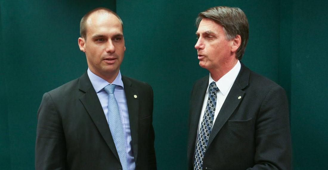 Eduardo Bolsonaro (izq.) y Jair Bolsonaro (derecha)