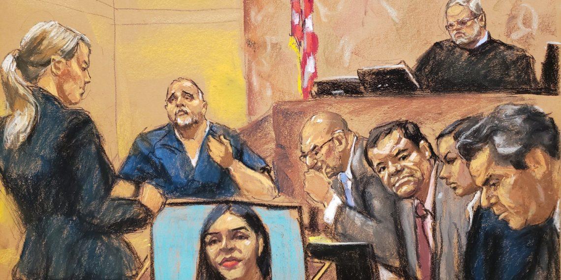 """MIA28. NUEVA YORK (EE.UU.), 14/01/2019.- Reproducción fotográfica de un dibujo realizado por la artista Jane Rosenberg donde aparece la asistente del Fiscal de Estados Unidos, Gina Parlovecchio (i), mientras hace preguntas al testigo de la Fiscalía, el colombiano Alex Cifuentes (2i) frente al juez de la corte federal de Brooklyn Brian Cogan (arriba), el narcotraficante mexicano Joaquín """"El Chapo"""" Guzmán (3d) y sus abogados Eduardo Balarezo (4d) y Jeffrey lichtman (d), y una mujer sin identificar hoy en el tribunal del Distrito Sur en Brooklyn, Nueva York (EE.UU.). Joaquín """"El Chapo"""" Guzmán Loera, que enfrenta un juicio por narcotráfico en Nueva York, tenía una vida muy organizada mientras estuvo en las montañas de Sinaloa, desde donde supervisaba """"centenares de empleados"""", que incluían personal de seguridad, trabajadoras domésticas, pilotos, chóferes y proveedores de droga. EFE/Jane Rosenberg"""