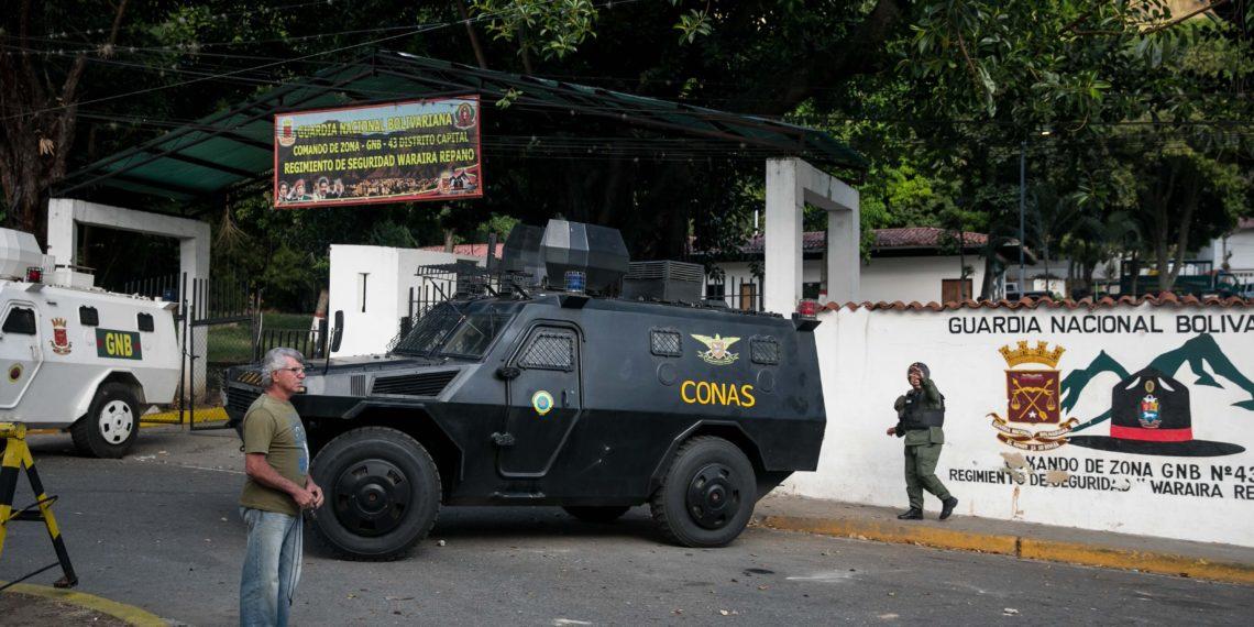 Vista externa del comando de la Guardia Nacional Bolivariana donde personas se manifiestan este lunes, en Carcas (Venezuela)/EFE