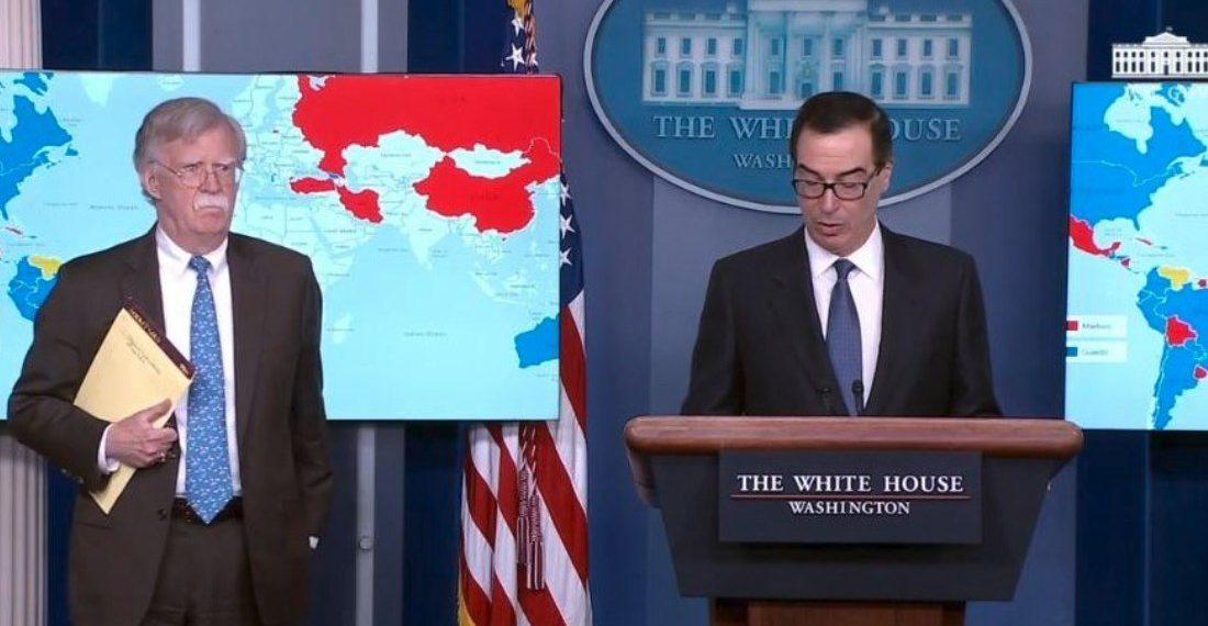 """Asesor de Trump deja ver en su libreta el mensaje """"5.000 tropas a Colombia"""""""