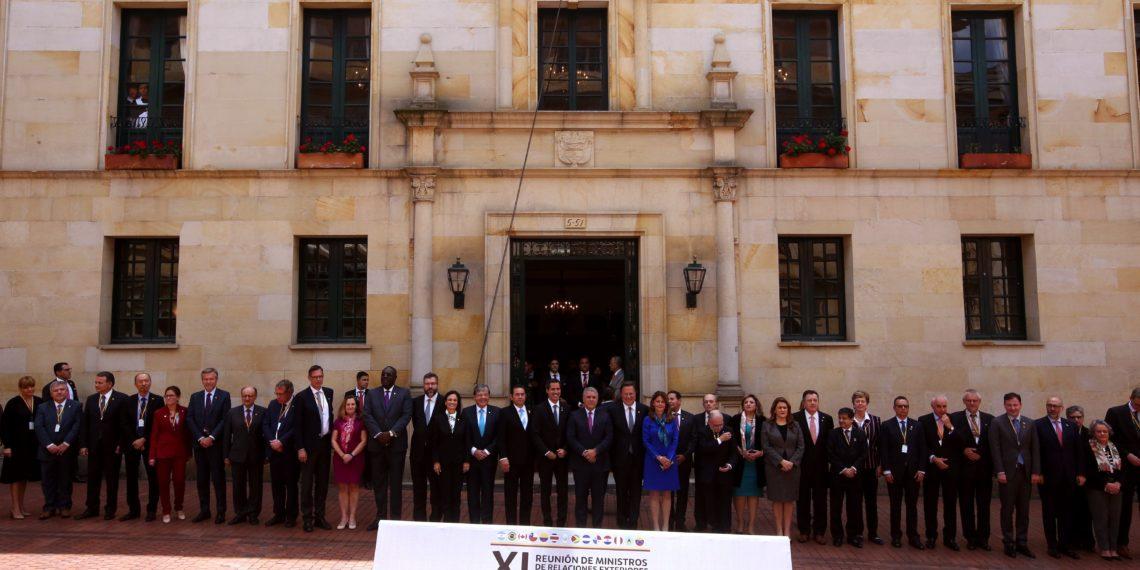 BG01. BOGOTÁ (COLOMBIA), 25/02/2019.- Los asistentes posan para una foto de familia, durante la cumbre del Grupo de Lima, cuyo tema central es el estrechamiento del cerco diplomático al régimen de Nicolás Maduro, este lunes, en Bogotá (Colombia). EFE/Mauricio Dueñas Castañeda