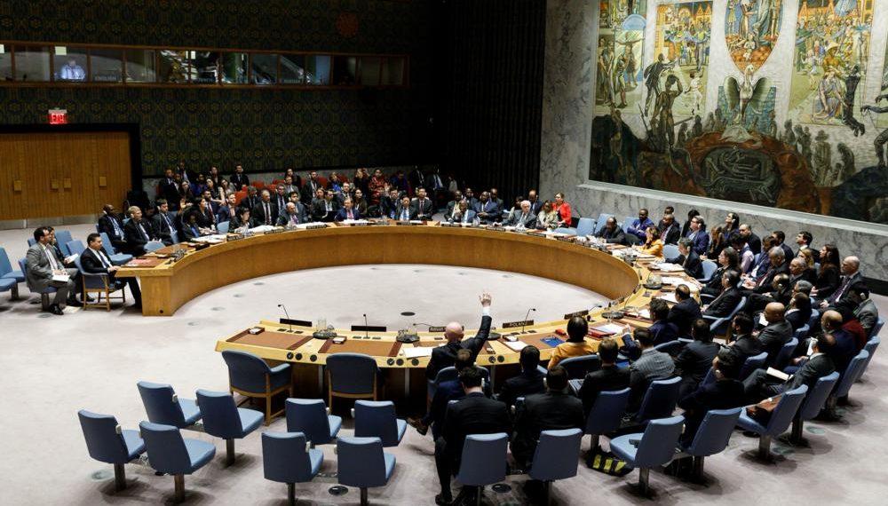 NY01. NUEVA YORK (EE.UU.), 28/02/2019.- Vassily Nebenzia (c), embajador ruso ante las Naciones Unidas, veta un proyecto de resolución presentado por los Estados Unidos en respuesta a la situación en Venezuela durante un Consejo de Seguridad de las Naciones Unidas este jueves, en la sede de las Naciones Unidas, en Nueva York (EE.UU.). La resolución presentada por Estados Unidos ante el Consejo de Seguridad de la ONU y que pedía elecciones libres en Venezuela fue vetada este jueves por Rusia y China, en una votación en la que nueve países respaldaron el plan de Washington, tres lo rechazaron y otros tres se abstuvieron. EFE/Justin Lane