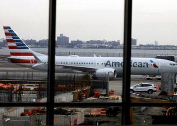 """PFX4. NUEVA YORK (ESTADOS UNIDOS), 14/03/2019.- El Boeing 737 Max 8 de American Airlines (número de cola N342RX) permanece estacionado en una puerta del aeropuerto LaGuardia en Nueva York, Nueva York, EE. UU., 13 de marzo de 2019. La firma aeronáutica Boeing, en el ojo del huracán tras el accidente de uno de sus aviones 737 MAX 8 en Etipía, informó que actualizará el software de control del vuelo de ese modelo para """"hacerlo aún más seguro"""" antes del mes de abril, fecha límite dada por las autoridades de EE.UU. Un avión de ese tipo se precipitó a tierra minutos después de salir este domingo de Adís Abeba, lo que causó 157 muertos y prohibiciones en todo el mundo a esa aeronave. EFE/ PETER FOLEY"""
