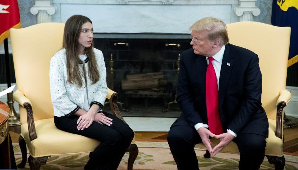 """MRX02. WASHINGTON (ESTADOS UNIDOS), 27/03/2019.- El presidente de EE.UU., Donald Trump (d), se reúne este miércoles con Fabiana Rosales, esposa del jefe el Parlamento venezolano, el opositor Juan Guaidó, en el Despacho Oval de la Casa Blanca, en Washington, EE.UU. Trump afirmó que Rusia """"tiene que salir"""" de Venezuela, en referencia a los militares rusos que llegaron este fin de semana al país caribeño. EFE/ Michael Reynolds"""