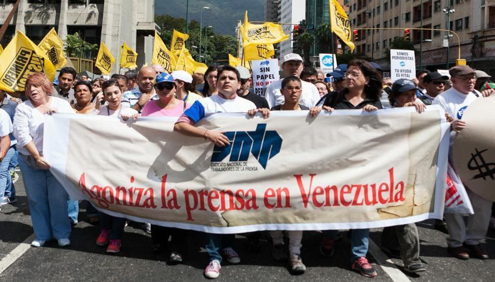 CAR19 CARACAS (VENEZUELA),11/02/2014.- Manifestantes del Sindicato Nacional de Trabajadores de la Prensa (SNTP) protestan hoy, martes 11 de febrero del 2014, en Caracas (Venezuela). Secundados por dirigentes de la oposición, trabajadores de la prensa venezolana marcharon en la capital en defensa de sus puestos de trabajo, que consideran en peligro debido al atraso oficial en la entrega de divisas para importar papel periódico. EFE/SANTI DONAIRE