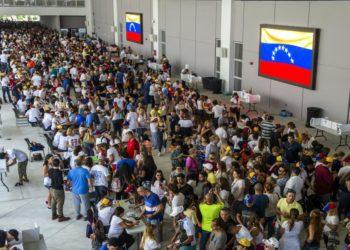 MV07. MIAMI (EE.UU.), 16/07/2017.- Miles de ciudadanos venezolanos participan en la Consulta Popular que se celebra hoy, domingo 16 de julio de 2017, en las instalaciones del Miami Dade College West Campus de la ciudad del Doral, en Miami (EE.UU.). Los venezolanos en Florida madrugaron hoy a apoyar con su voto la consulta promovida por el Parlamento de Venezuela, de mayoría opositora, con la que busca expresar su rechazo a la Asamblea Nacional Constituyente promovida por el Gobierno de Nicolás Maduro. EFE/Giorgio Viera