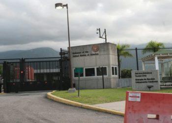 """CAR03. CARACAS (VENEZUELA), 30/09/13 .- Vista de la fachada de la embajada de Estados Unidos en Caracas, hoy, lunes 30 de septiembre de 2013, despuÈs de que el presidente venezolano, Nicol·s Maduro, anunciara la expulsiÛn de la encargada de negocios estadounidense, Kelly Keiderling, y dos diplom·ticos de ese paÌs en Caracas, a los que dio 48 horas para abandonar el paÌs, por supuestamente alentar acciones de sabotaje. """"Tres diplom·ticos norteamericanos, le he dicho al canciller, Elias Jaua, que proceda de inmediato a expulsarlos del paÌs, tienen 48 horas para irse de este paÌs"""", dijo Maduro hoy en un acto de Gobierno en el estado FalcÛn (oeste). EFE/BORIS VERGARA"""