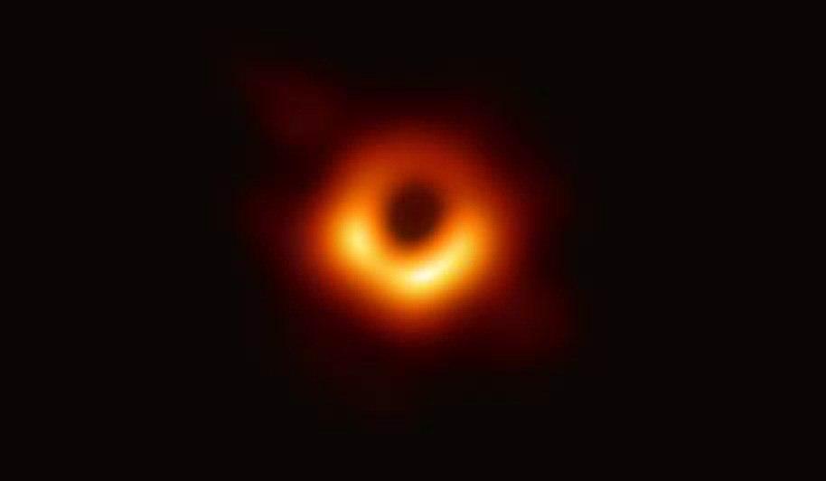 Esta es la histórica fotografía revelada de un agujero negro supermasivo ubicado en el centro de la galaxia M87, a 53,3 millones de años luz de la Tierra.
