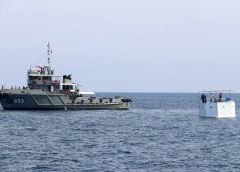 Un buque de la Marina Real tailandesa remolca hasta la orilla una vivienda flotante o 'Seastead' construida en el Mar de Andamán, a unas 12 millas náuticas de la costa de Phuket, este lunes en Tailandia. Foto: EFE