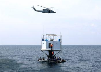 Oficiales de la Marina Real tailandesa desmantelan una vivienda flotante o 'Seastead' construida en el Mar de Andamán. Foto: EFE