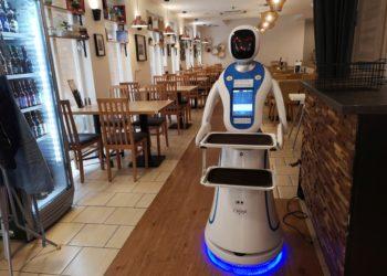 """En un local de Budapest, unos camareros electrónicos sirven comidas y bebidas. La empresa informática E-Szoftverfejlesztö ha creado el """"Enjoy Budapest Café"""", donde trabajan siete androides que saludan a quien entra en el local, sirven los pedidos y ofrecen diferentes juegos para entretener a los clientes. Foto: EFE"""