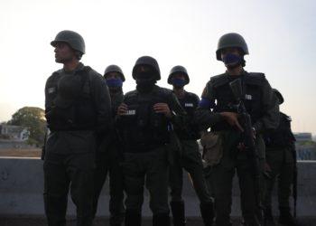Un grupo de militares en la base de La Carlota, al este de Caracas. EFE/Rayner Peña