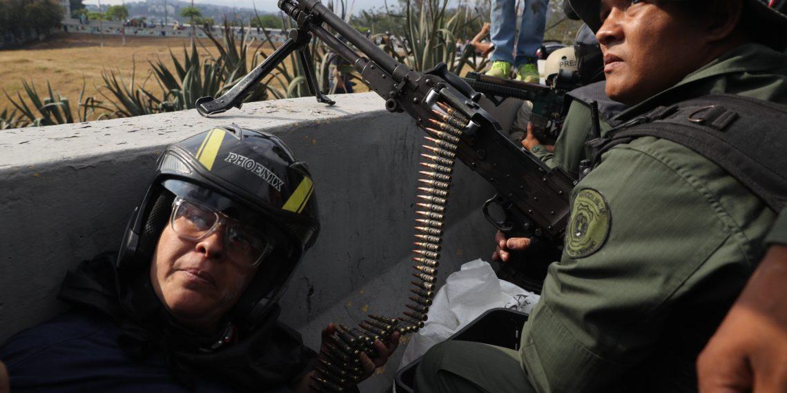 -FOTODELDIA- AME6879. CARACAS (VENEZUELA), 30/04/2019.- Miembros de las Fuerzas Armadas Bolivarianas, armados con armas de fuego, participan en una manifestación en apoyo al presidente de la Asamblea Nacional, Juan Guaidó, este martes, en Caracas (Venezuela). El jefe del Parlamento venezolano, Juan Guaidó, se levantó junto a un grupo de militares contra el gobierno de Nicolás Maduro. EFE/ Miguel Gutiérrez