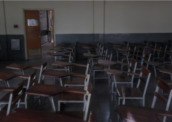 Desde el 7 de marzo, los estudiantes han dejado de recibir clases al menos 11 días por dictamen del Gobierno y otros más por causa de apagones en sus comunidades, falta de agua, de transporte o cualquier otro problema de la crisis. Foto: EFE