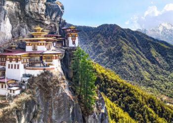 Taktshang, uno de los más bellos monasterios de Bután, que está sobre un acantilado de más de 3.000 metros y cuyo nombre significa 'Nido del Tigre'. Foto: NUBA