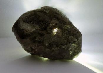 La piedra pesa 352 gramos y tiene aproximadamente el tamaño de una pelota de tenis. Foto: EFE