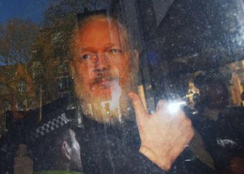 ARA1. LONDRES (REINO UNIDO), 11/04/2019.- El fundador de WikiLeaks, Julian Assange, a su llegada este jueves a la Corte de Magistrados de Westminster en Londres (Reino Unido) tras su detención. El arresto este jueves de Assange respondió a una petición de extradición de EE.UU., así como al hecho de haber violado las condiciones de libertad condicional en 2012, informó Scotland Yard. EFE/ Stringer