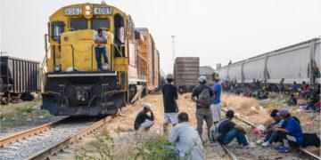"""Cientos de migrantes centroamericanos esperan abordar nuevamente las góndolas del tren """"La Bestia"""". Foto: EFE"""