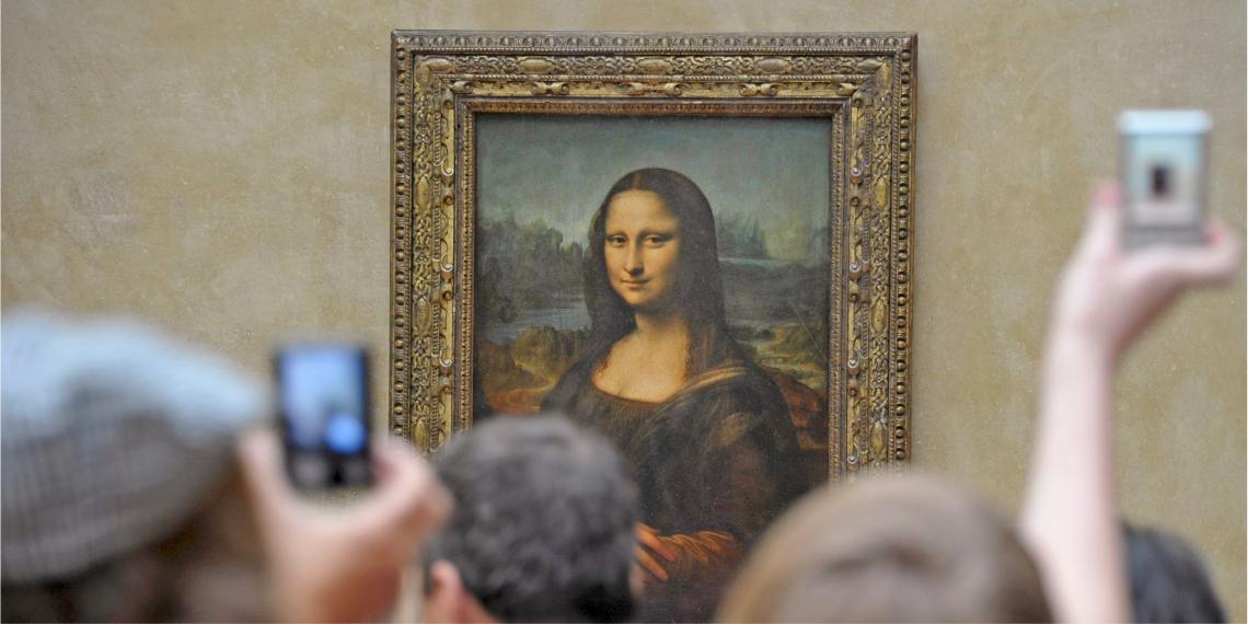Un grupo de turistas fotografían La Gioconda o Mona Lisa en el Museo del Louvre en París (Francia). Foto: EFE
