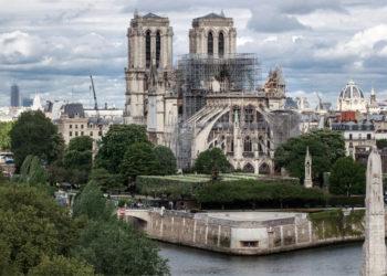 Tras el voraz incendio, así luce en la actualidad la Catedral de Notre Dame junto al río Sena, en París, Francia. Foto: EFE