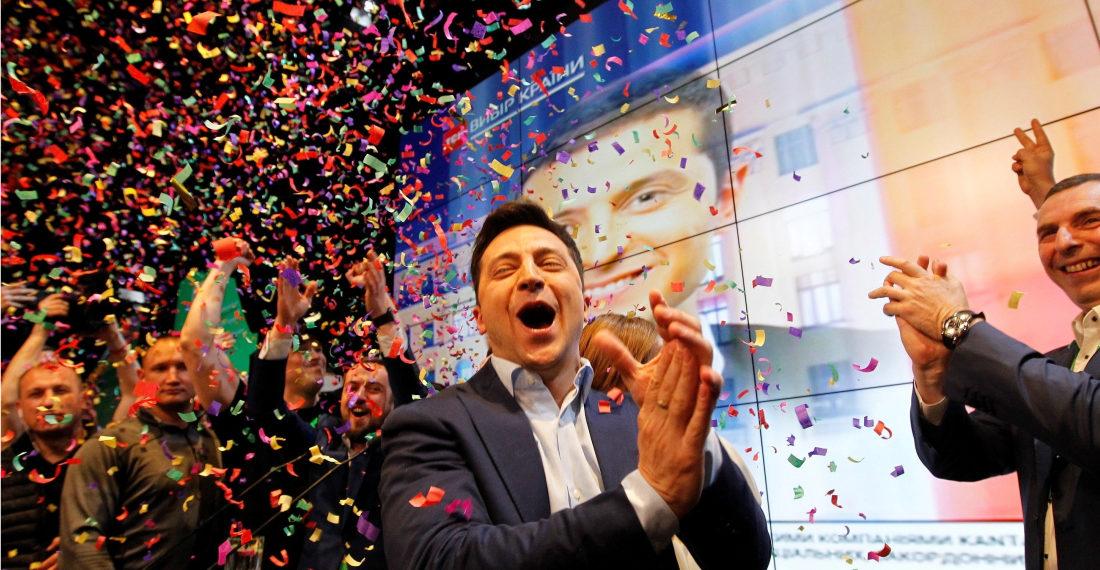 El actor, humorista y candidato presidencial ucraniano, Vladímir Zelenski, reacciona en la sede de su partido durante las elecciones generales este domingo en Kiev, Ucrania. Foto: EFE