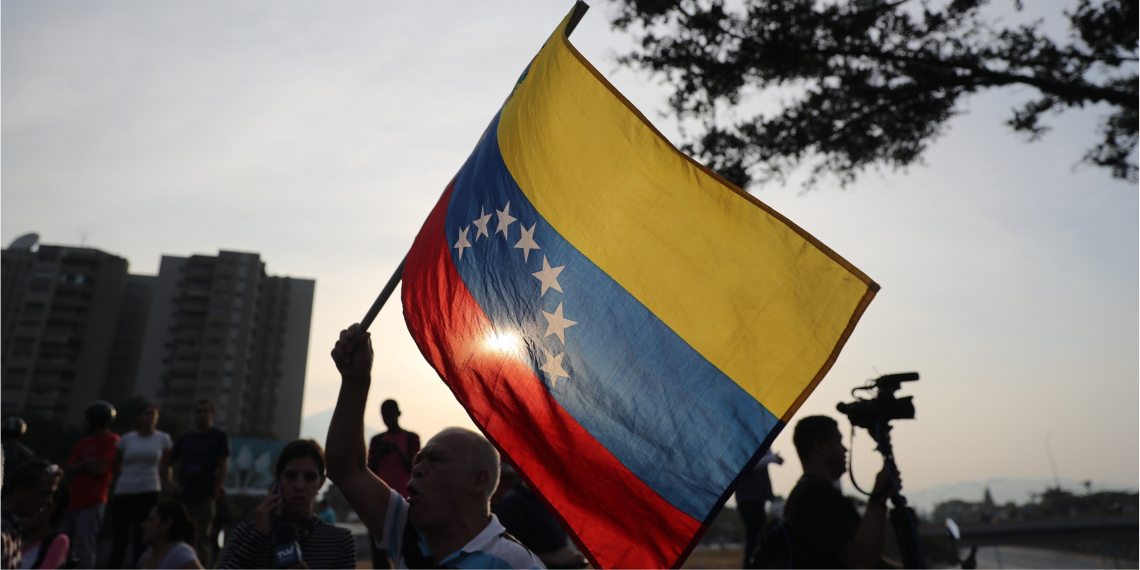 Centenares de ciudadanos venezolanos comenzaron a cortar este martes las calles de Caracas para mostrar su rechazo al régimen. Foto: EFE