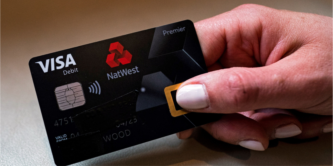 El banco Natwest lanzó la primera tarjeta de débito que requiere una huella dactilar en lugar del código pin para pagar en el Reino Unido. Foto: EFE