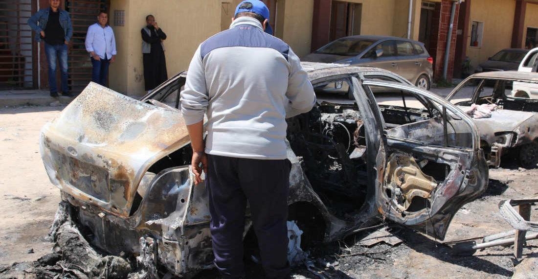 Un hombre inspecciona los daños causados por un bombardeo, este miércoles en Trípoli (Libia). Foto: EFE.