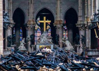 Vista del interior de la catedral de Notre Dame después del incendio sufrido este lunes. Foto: EFE.
