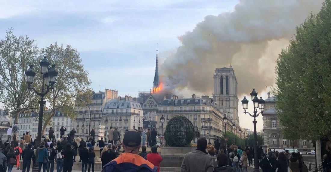 La catedral de Notre Dame de París, uno de los monumentos más emblemáticos de la capital francesa, sufre un incendio. EFE/María Diaz Valderrama