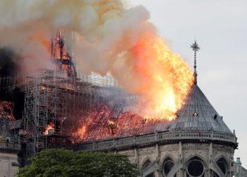 Vista general del incendio en la catedral de Notre Dame en París (Francia). EFE.