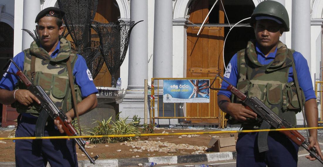 Personal de seguridad hace guardia en una iglesia de Colombo, capital de Sri Lanka, tras los ataques de este domingo. Foto: EFE.