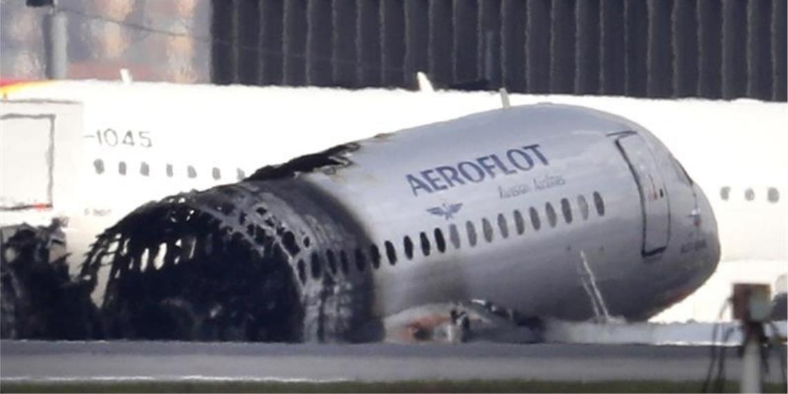 Vista de los restos del avión que tuvo que aterrizar de emergencia al sufrir un incendio en el aeropuerto moscovita de Sheremétievo (Rusia), este lunes. Foto: EFE