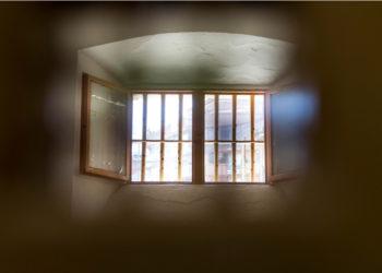Dos jóvenes escaparon de una cárcel en Estados Unidos utilizando unas sábanas. Foto: EFE