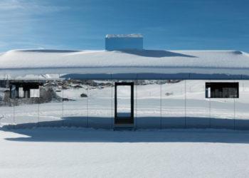 Esta construcción tiene sus superficies exteriores e interiores recubiertas de espejos,  e interactuará con el paisaje de la montaña durante dos años. Foto: EFE