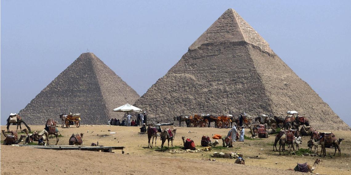 Joven fue detenido por escalar la Gran Pirámide de Guiza en Egipto. Foto: EFE